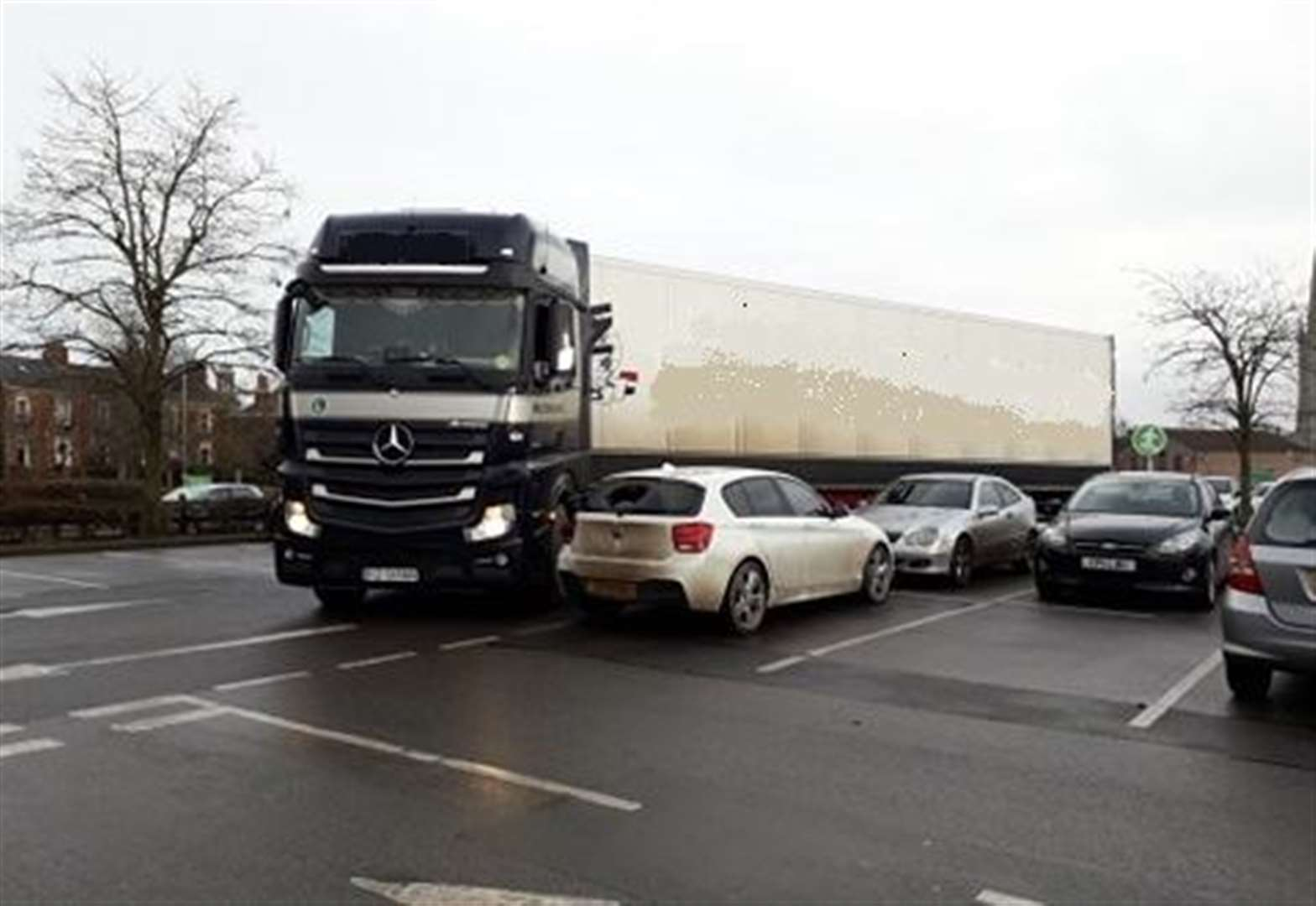 Cars 'damaged' after lorry gets stuck in Grantham supermarket car park