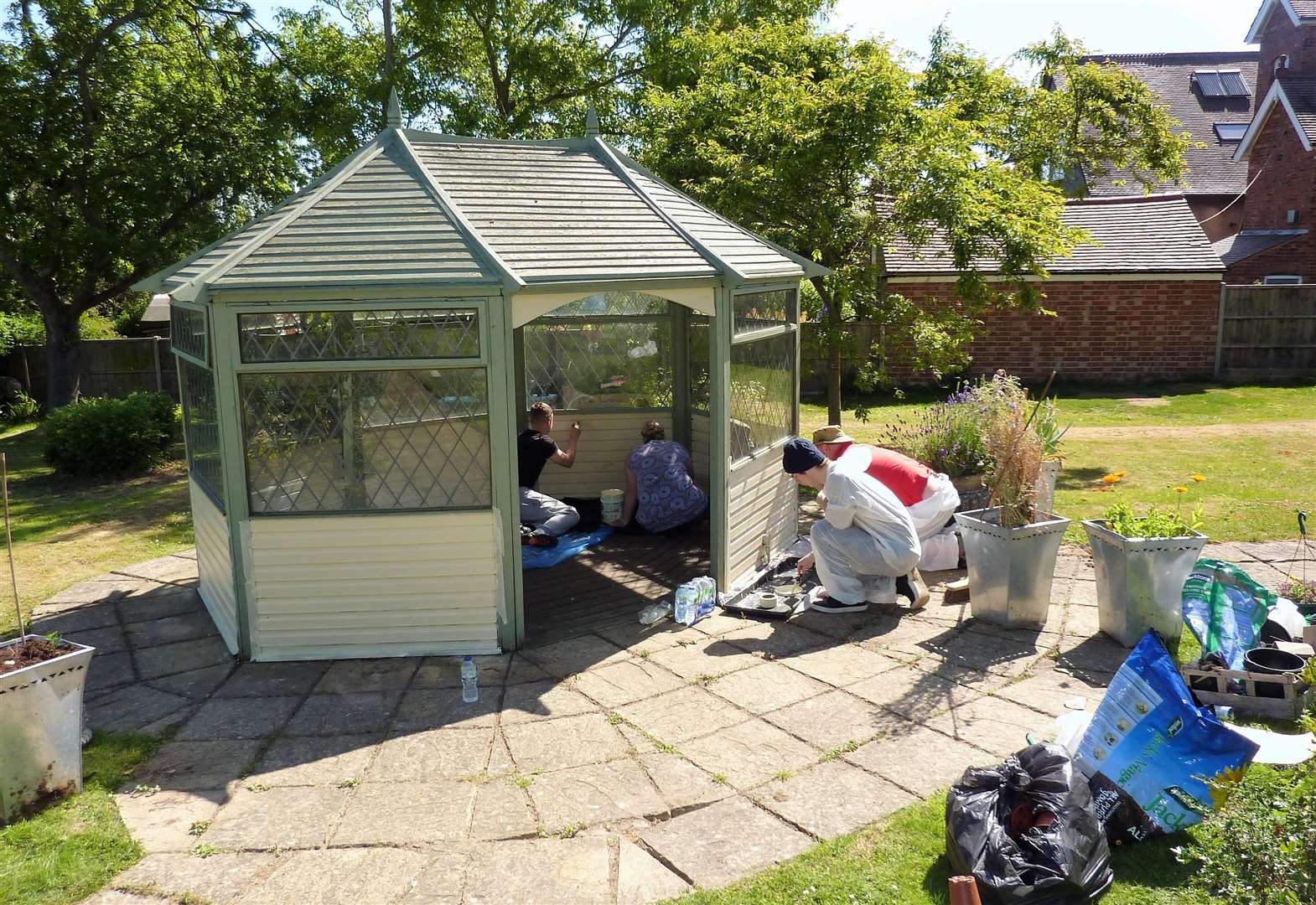 Students paint summer house