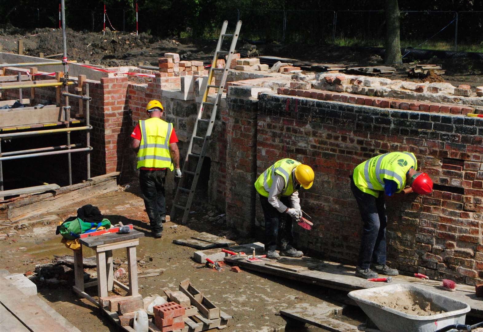 Volunteers transform derelict lock on Grantham Canal