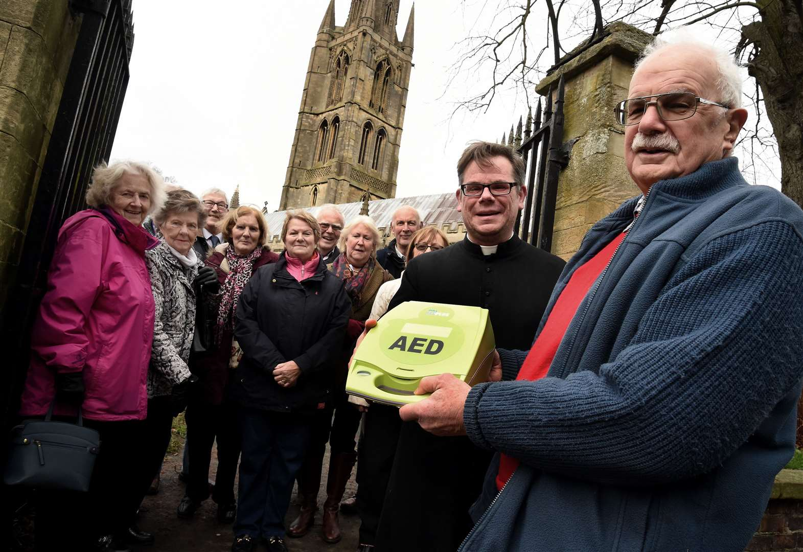 Volunteers raise £1,100 to present Grantham church with defibrillator
