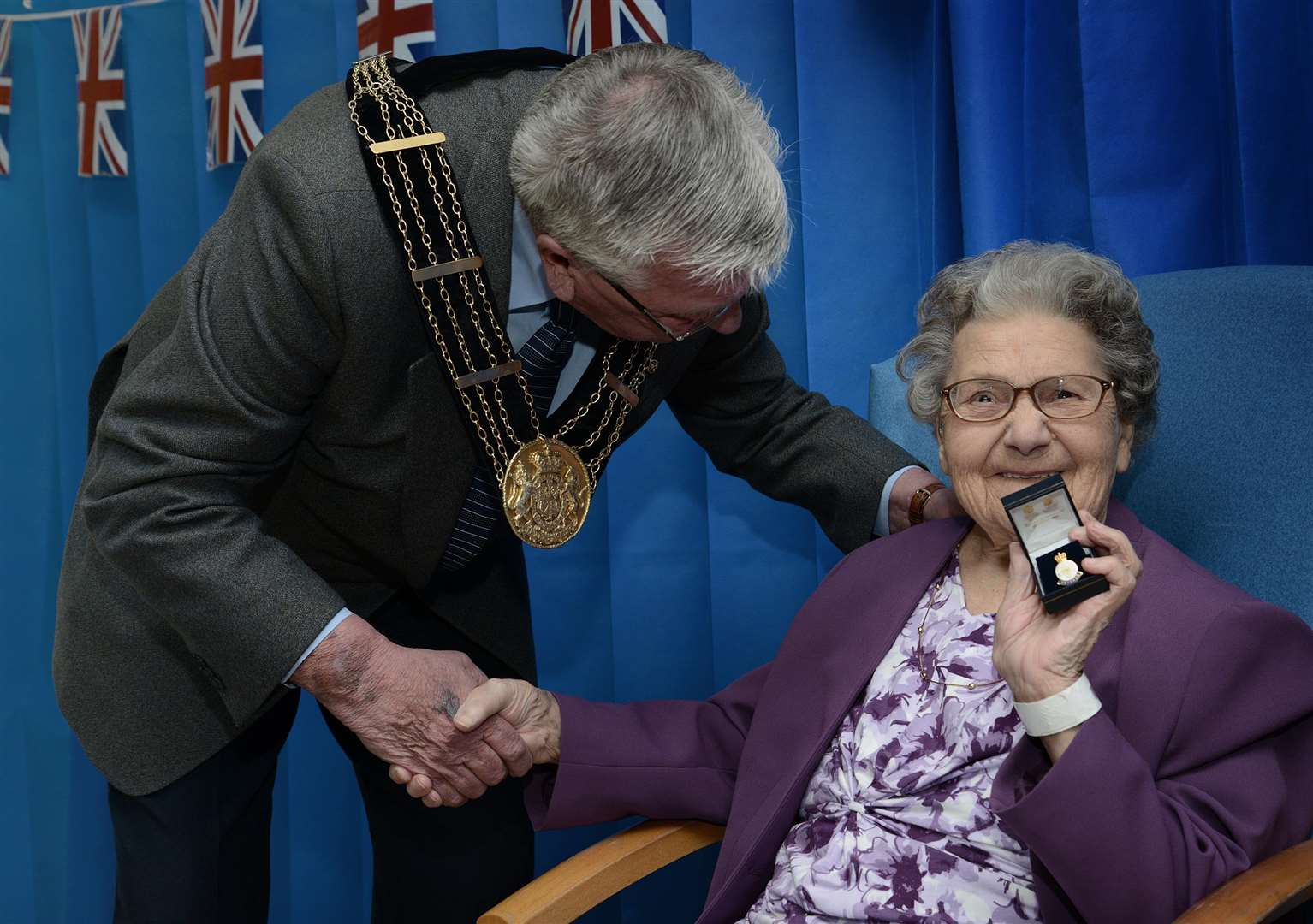 Grantham Mayor Mike Cook and Edna Tinkler (2202964)
