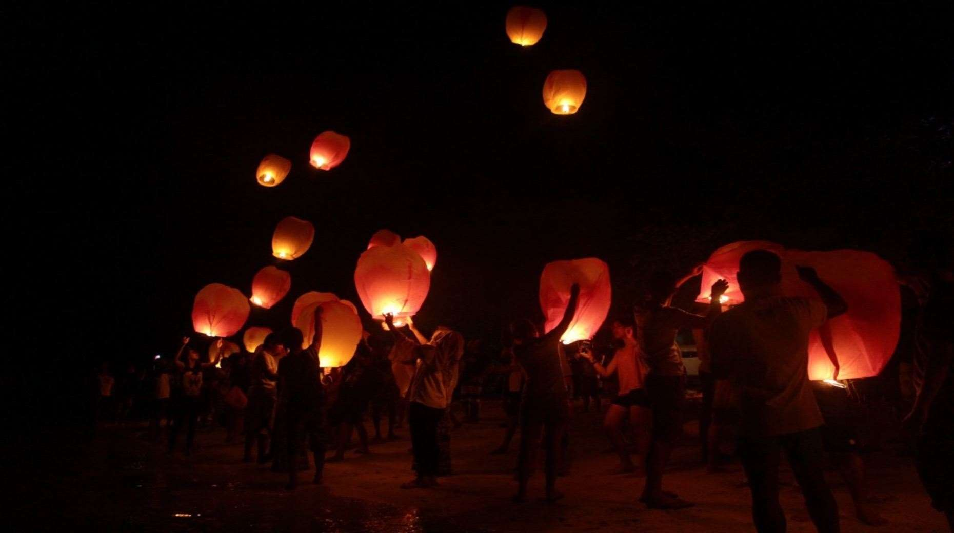 Sky lanterns are released. (31171963)
