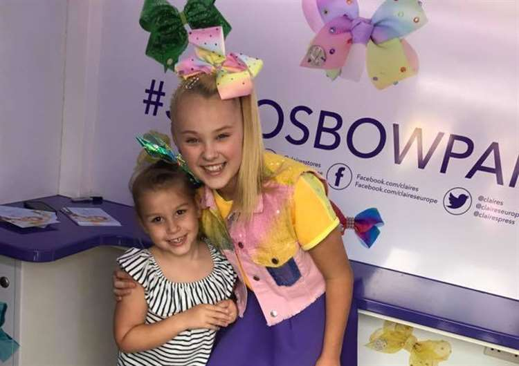 Grantham fan meets her reality tv star idol jojo siwa jojo siwa star of us reality show dance moms met excited fans at the m4hsunfo