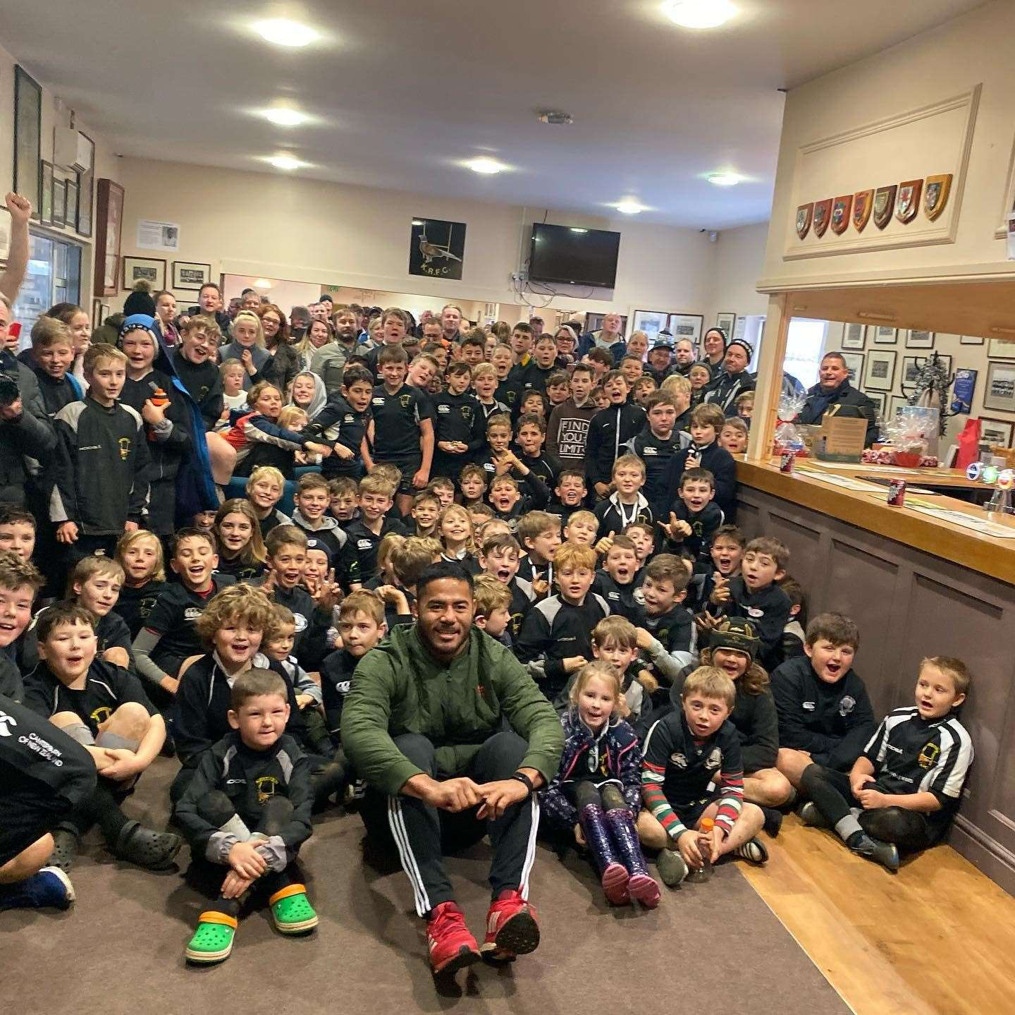 Manu Tuilagi surrounded by around 100 Kesteven Rugby youngsters at Woodnook on Sunday. (22774354)