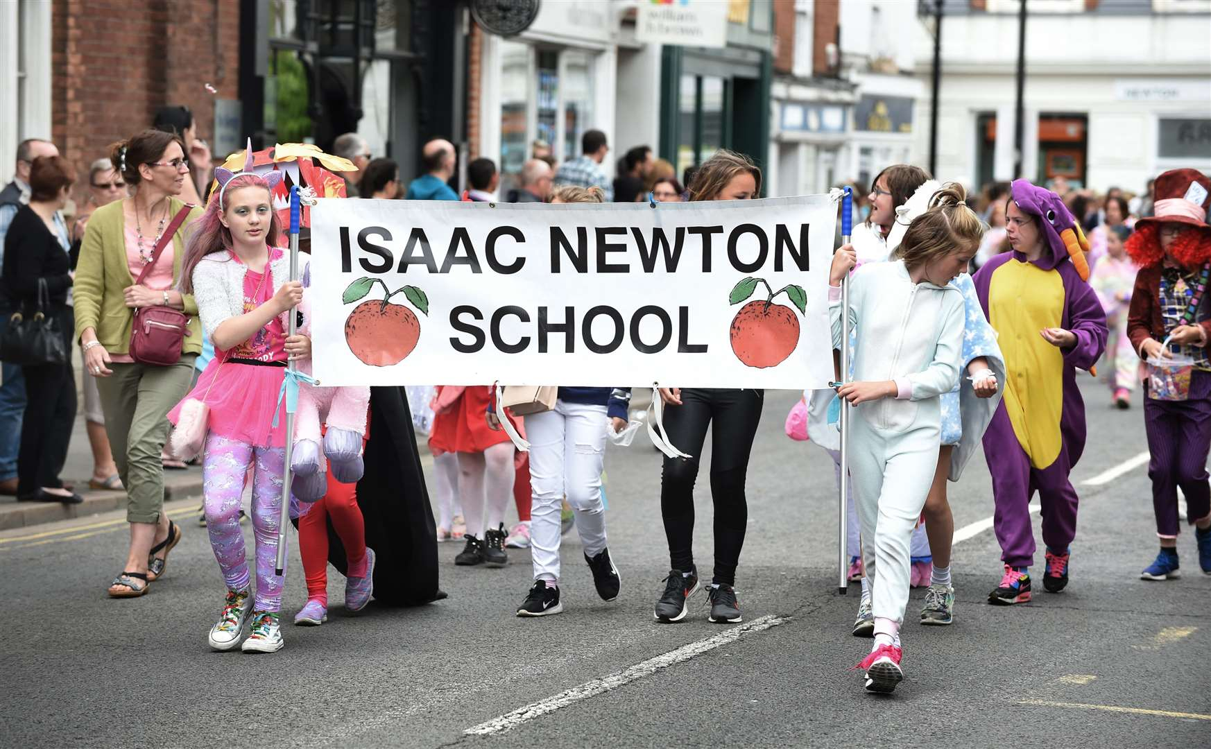 Isaac Newton primary School in the Grantham Carnival parade. (2606355)