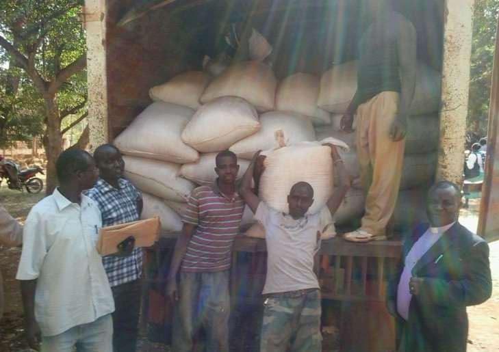 Kenyan people receive help thanks to Trade Aid and Friends of Kianjai. e0z7U3-aPnRO_LkP7fqX
