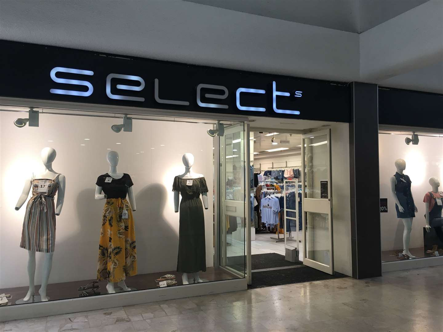 Select fashion chain goes into administration putting 1,800 jobs at risk