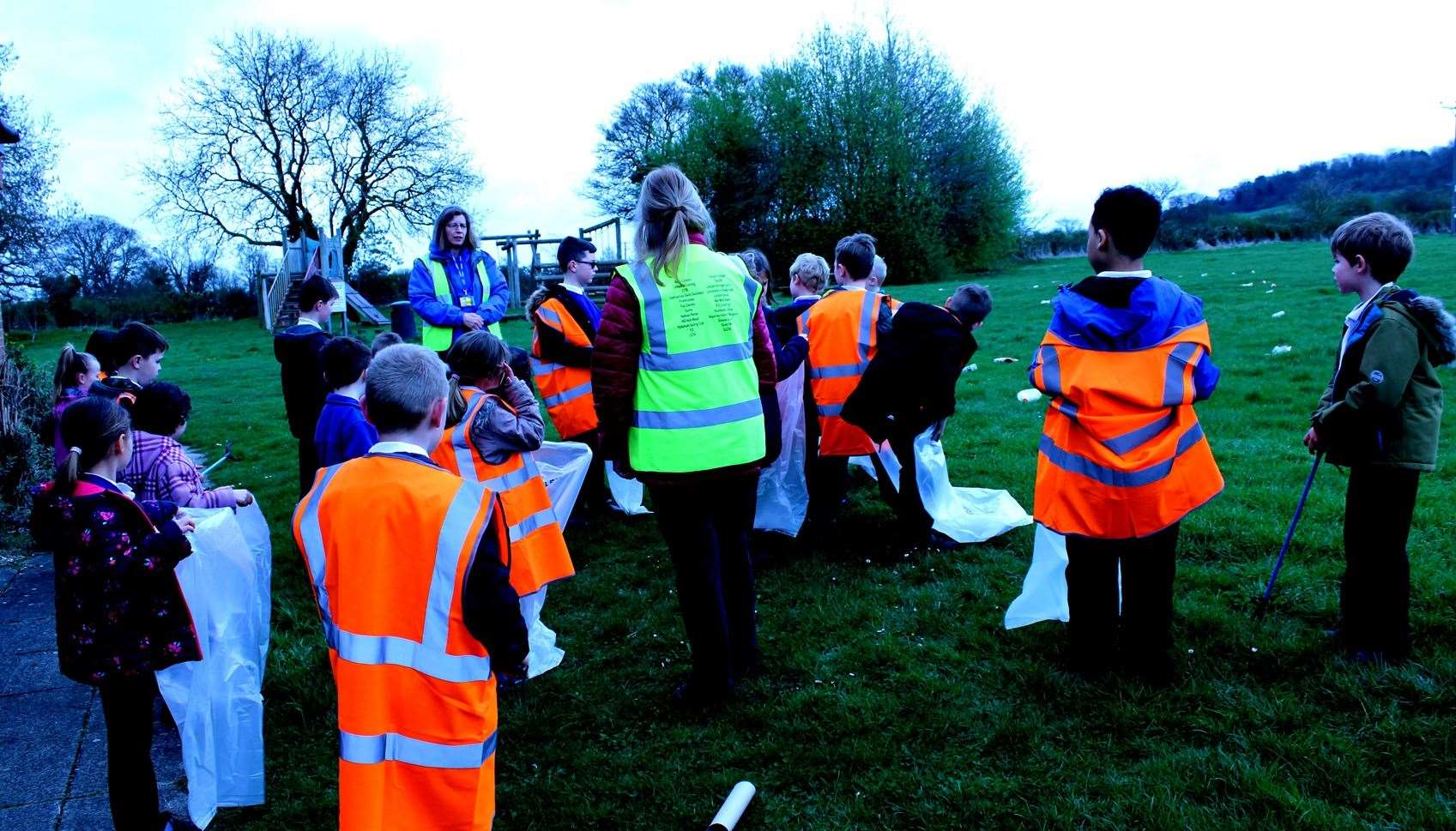 Leadenham Primary School pupils taking part in a staged litter pick on the Playing Field (8139740)