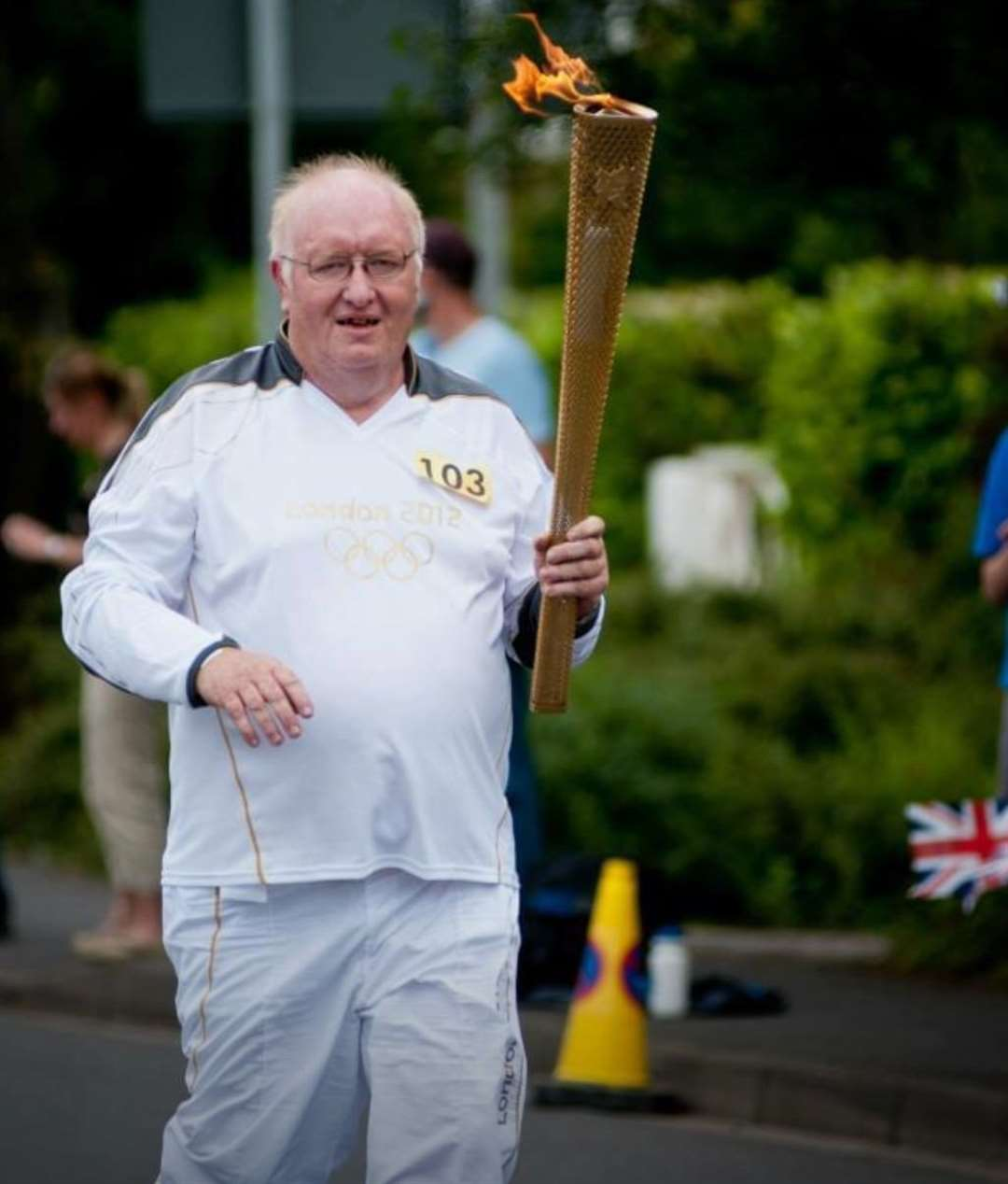 Russell Winfield carrying the Olympic Torch in 2012 (33560811)
