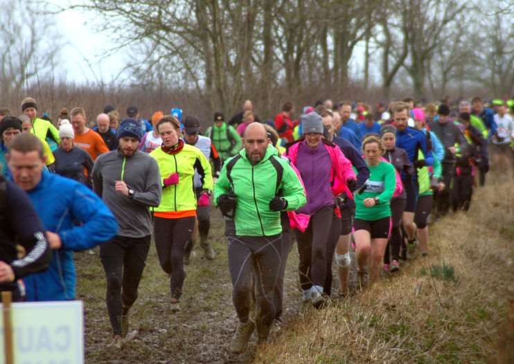 Runners tackling the mud and puddles on their way through the Vale EMN-150203-100412001