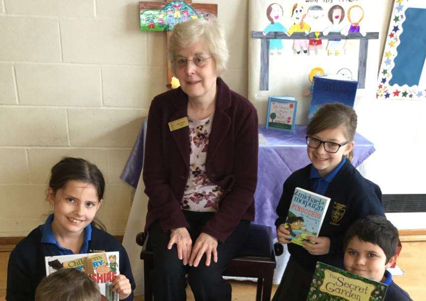 Mrs Nicol presents the children with some new books EMN-160331-091725001