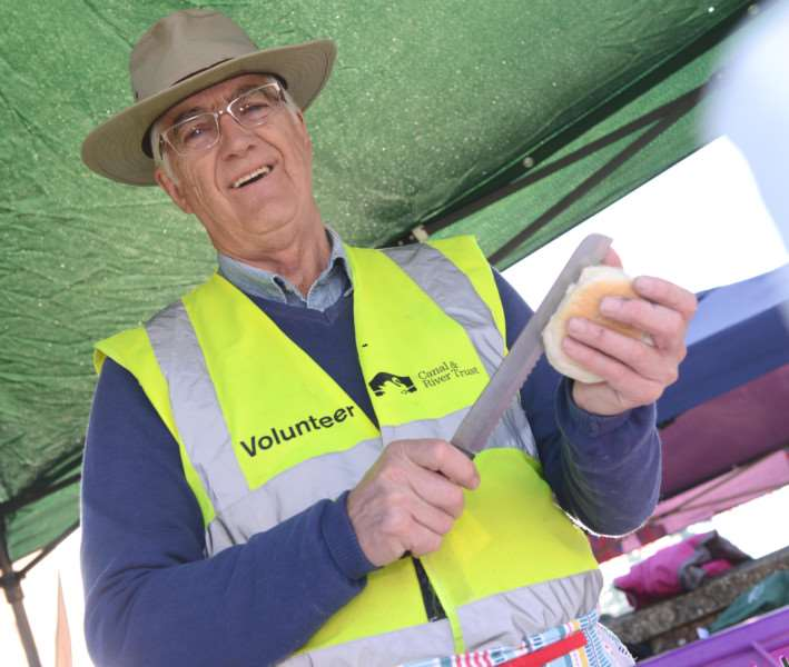 Volunteer Bob Stanley keeps the visitors well fed and happy at Grantham Canal Society's Discovery Day. Photo: TRP-9-10-2016-004B (10)