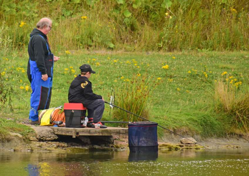 Toot Hill's Great Rod Race: Dave Scott helps out with the kids.