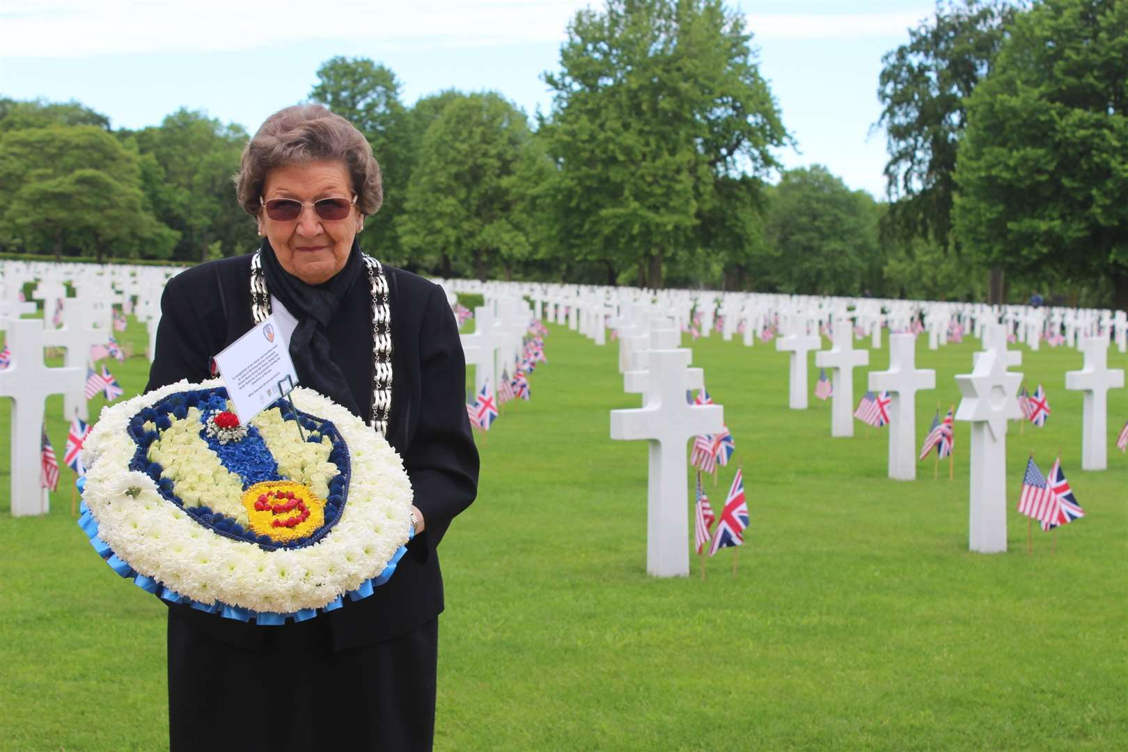 Councillor Jacky Smith with the wreath created by Flowers From Holland. (11378389)