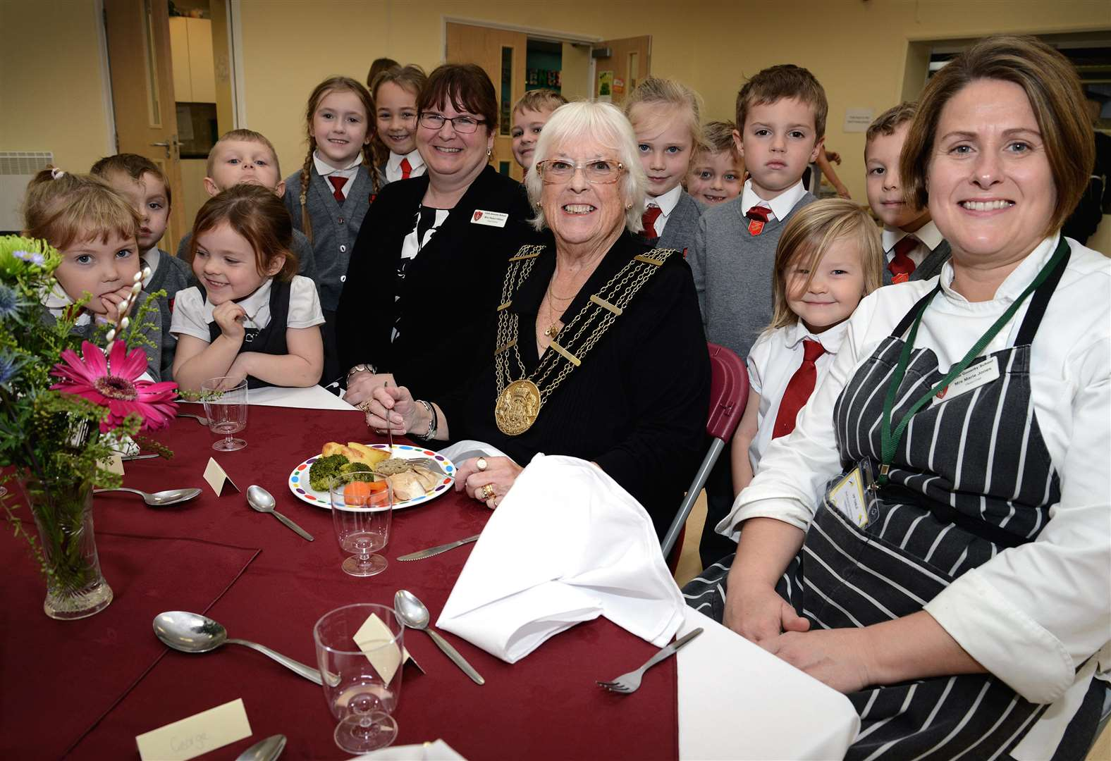 The Mayor of Grantham, Coun Lynda Coutts, joins pupils at Little Gonerby Infant School for lunch together with head chef Marie Jones, right. (5550751)