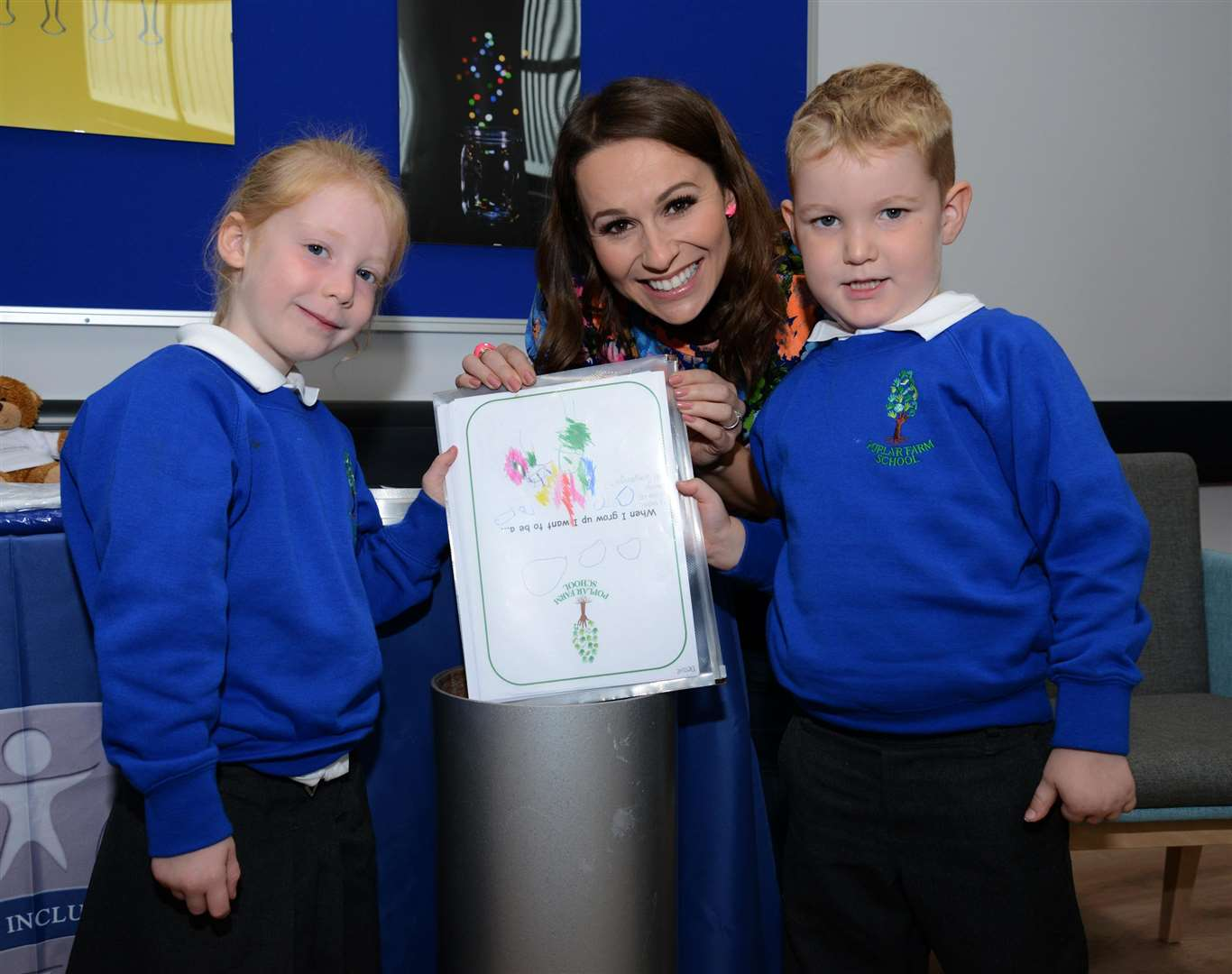 The new pupils placed special items in the time capsule. (4181156)