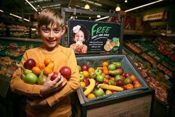 The supermarket will give away free fruit to children. (5789266)